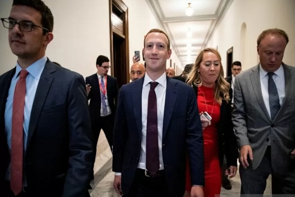 Pendiri Facebook Mark Zuckerberg (tengah) berjalan menuju ke kantor Senator AS Josh Hawley saat bertemu dengan anggota parlemen untuk membahas