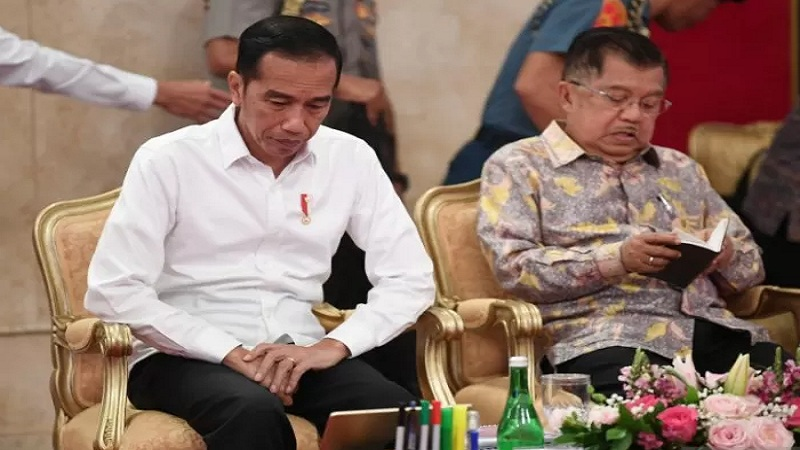 Presiden Joko WIdodo (kiri) didampingi Wakil Presiden Jusuf Kalla memimpin Sidang Kabinet Paripurna di Istana Negara, Jakarta, Kamis (3/10/2019). - Antara