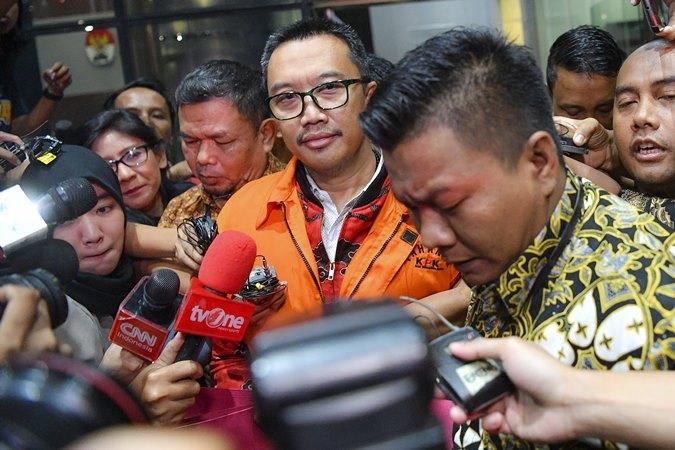 Mantan Menteri Pemuda dan Olahraga Imam Nahrawi (tengah) mengenakan rompi orange menjawab pertanyaan wartawan usai menjalani pemeriksaan di Gedung KPK Jakarta, Jumat, (27/9/2019). - ANTARA /Nova Wahyudi