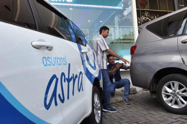Karyawan melayani pelanggan klaim kendaraan bermotor di Garda Center Asuransi Astra, di Mall of Serang, Banten , Jumat (3/5/2019). - Bisnis/Endang Muchtar