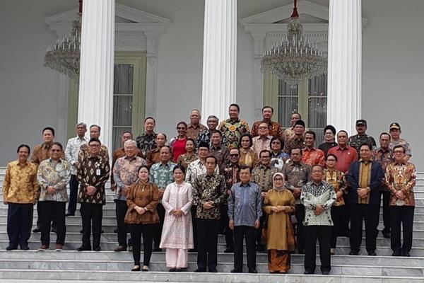 Presiden Joko Widodo dan Wakil Presiden Jusuf Kalla berfoto bersama dengan jajaran menteri Kabinet Kerja periode 2014-2019 di Istana Merdeka pada Jumat 18 Oktober 2019. - Bisnis/Amanda Kusuma Wardhani