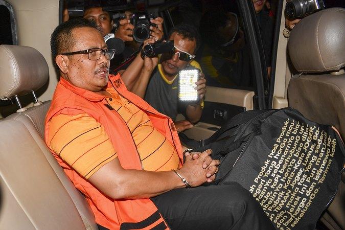 Bupati Indramayu Supendi menaiki kendaraan usai menjalani pemeriksaan di gedung KPK Jakarta, Rabu (16/10/2019). - ANTARA/Nova Wahyudi