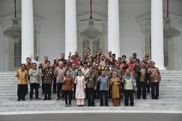 Presiden Joko Widodo, Wapres Jusuf Kalla, Menteri Kabinet Kerja dan Kepala Lembaga Negara berfoto bersama di Istana Merdeka Jakarta, Jumat (18/10/2019) - Biro Pers Istana Kepresidenan