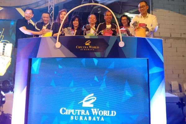 Direktur Utama PT Win Win Realty Center (CWS) Harun Hajadi (kanan), Senior Director Ciputra Group, Sutoto Yakobus (ketiga kanan) dan GM CWS, Lingga Fransiska (ketiga kiri) saat melakukan seremoni Topping Off Extension Mall Ciputra World Surabaya, Jumat (18/10/2019) -  Bisnis/Peni Widarti