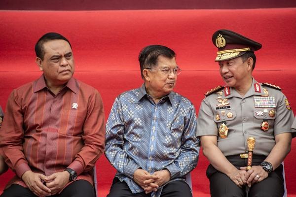Wakil Presiden Jusuf Kalla (tengah) berbincang dengan Kapolri Jenderal Pol Tito Karnavian (kanan) disaksikan Menpan RB Syafruddin (kiri) dalam acara Tradisi Pengantar Purna Tugas Wakil Presiden di Auditorium Mutiara STIK-PTIK, Jakarta, Jumat (18/10/2019). - ANTARA FOTO/Aprillio Akbar