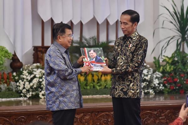 Wakil Presiden Jusuf Kalla memberikan buku kepada Presiden Joko Widodo dalam acara perpisahan di Istana Negara Jakarta, Jumat (18/10/2019) - Biro Pers Istana Kepresidenan