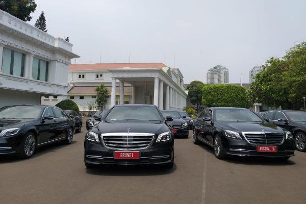 Sejumlah mobil Mercedes Benz untuk para tamu negara diparkir di Komples Istana Kepresidenan, Jakarta, Kamis (17/10/2019). - Bisnis/Amanda Kusumawardhani