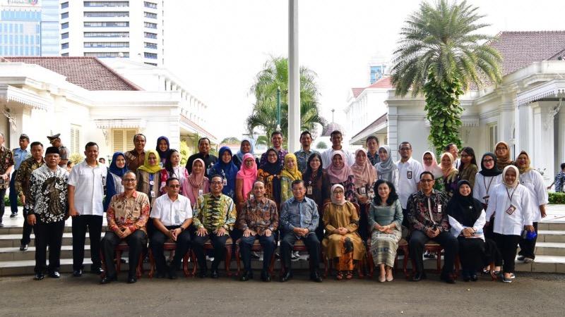 Jusuf Kalla dan Mufida Kalla berfoto bersama dengan staf Sekretariat Wakil Presiden RI dalam acara perpisahan JK sebagai Wakil Presiden RI 2014-2019, di Jakarta, Jumat (18/10/2019). - Setwapres RI