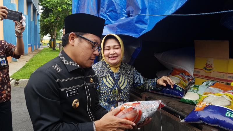 Wali Kota Malang Sutiaji (kiri) memeriksa kualitas beras Operasi Pasar (OP) Bulog di gudang milik Bulog pada kegiatan