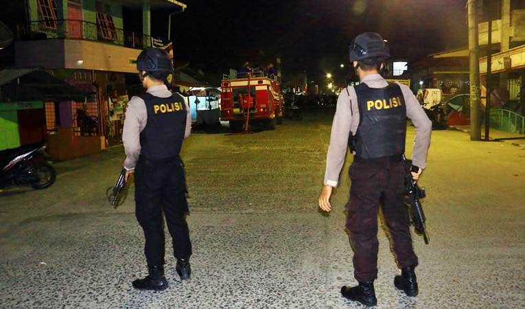 Personel kepolisian berjaga di lokasi terjadinya ledakan yang diduga bom saat penggerebekan terduga teroris di kawasan Jalan KH Ahmad Dahlan, Pancuran Bambu, Sibolga Sambas, Kota Siboga, Sumatra Utara, Selasa (12/3/2019). - ANTARA/Jason Gultom
