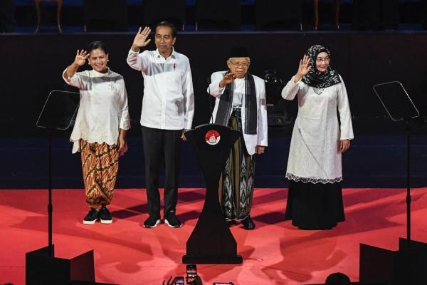 Presiden dan Wakil Presiden terpilih Joko Widodo (kedua kiri) dan KH Ma'ruf Amin (kedua kanan) bersama Ibu Iriana Joko Widodo (kiri) dan Ibu Wury Estu Handayani (kanan) menyapa pendukung sebelum memberikan pidato pada Visi Indonesia di Sentul International Convention Center, Bogor, Jawa Barat Minggu (14/7/2019). - ANTARA FOTO/Hafidz Mubarak A