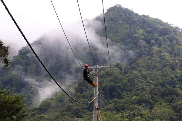Petugas memasang instalasi kabel listrik di dusun Baranang, Desa Kamiri, Kabupaten Barru, Sulawesi Selatan, Senin (15/1). - JIBI/Abdullah Azzam
