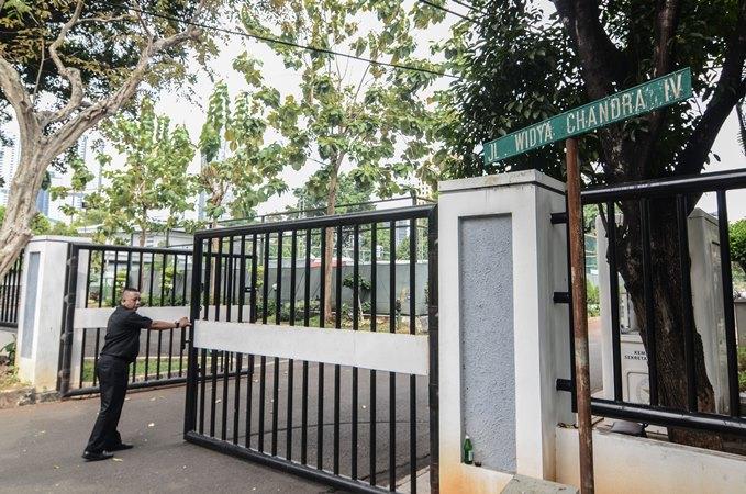 Petugas keamanan berjaga di pintu gerbang rumah dinas Menteri Kabinet Indonesia Kerja di Kompleks Widya Chandra, Jakarta Selatan, Sabtu (19/10/2019). - ANTARA /Fakhri Hermansyah