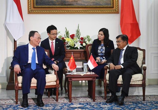 Wakil Presiden Jusuf Kalla (kanan) berbincang dengan Wakil Presiden China Wang Qishan (kiri) dalam pertemuan di Istana Wapres, Jakarta, Sabtu (19/10/2019). - ANTARA/Akbar Nugroho Gumay