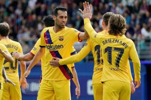 Para pemain FC barcelona merayakan gol Antoine Griezmann (kanan) ke gawang Eibar. - Reuters/Vincent West