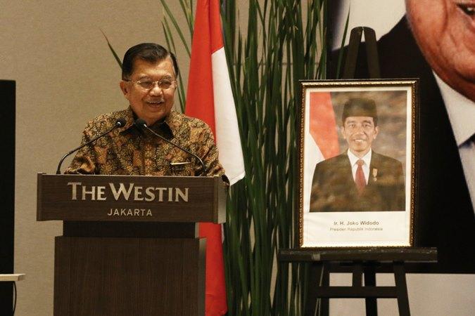 Wakil Presiden Jusuf Kalla memberikan paparan saat menghadiri acara dialog bersama 100 ekonom di Jakarta, Kamis (17/10 - 2019). Kegiatan tersebut bertujuan untuk bertukar pikiran mengenai persoalan dan tantangan ekonomi terkini. (ANTARA/Rivan Awal Lingga)