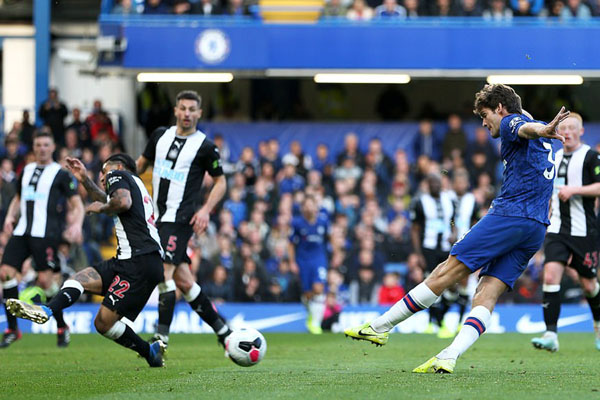 Bek Chelsea Marcos Alonso (kanan) melepas tendangan keras yang menjebol gawang Newcastle United. - Daily Mail
