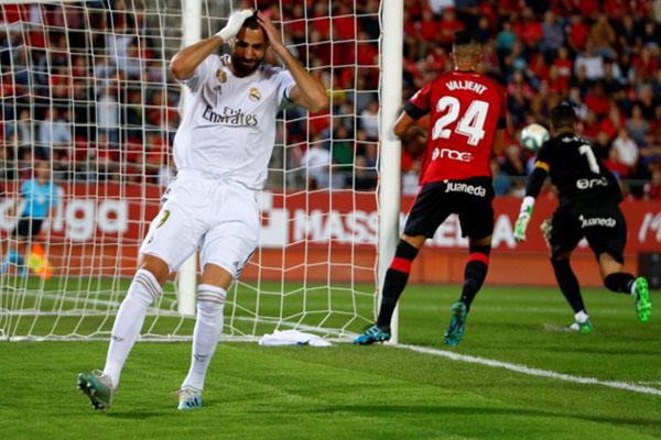 Penyerang Real Madrid Karim Benzema (kiri) menyesali kegagalannya memanfaatkan peluang untuk menjebol gawang Mallorca, - Reuters/Javier Barbancho