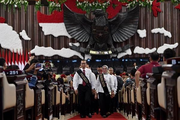 Petugas melakukan gladi bersih pelantikan presiden dan wakil presiden masa jabatan 2019-2024 di Kompleks Parlemen, Senayan, Jakarta, Sabtu (19/10/2019). - ANTARA/Sigid Kurniawan