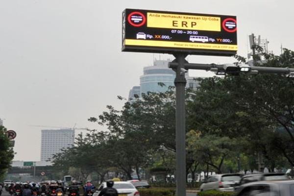 Penerapan ERP Jakarta Sejumlah kendaraan melaju di bawah gerbang electronic road pricing (ERP) di Jalan HR Rasuna Said Jakarta, Kamis (13/11). - Antara