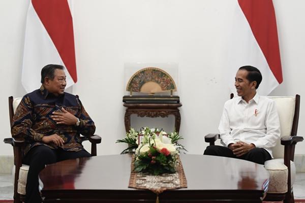 Presiden Joko Widodo (kanan) berbincang dengan mantan Presiden Susilo Bambang Yudhoyono dalam pertemuan di Istana Merdeka, Jakarta, Kamis (10/10/2019) - ANTARA FOTO/Puspa Perwitasari
