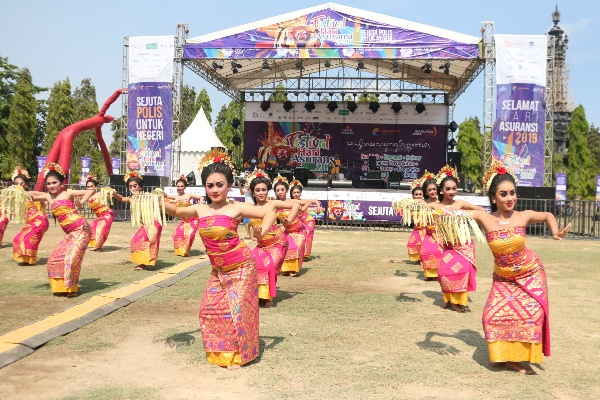 Puluhan penari Bali membawa tari Pendet dalam rangkaian peringatan Hari Asuransi 2019.