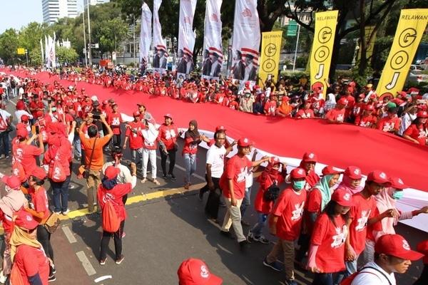 Relawan Jokowi-Maruf mengadakan pawai menyambut pelantikan Presiden dan Wakil Presiden 2019-2024 di Jakarta, Minggu (20/10/2019). - Bisnis/Abdullah Azzam