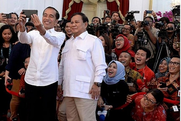Presiden Joko Widodo dan Ketua Umum Gerindra Prabowo Subianto berswafoto di Istana Negara, Jumat (11/10/2019). - Instagram @jokowi