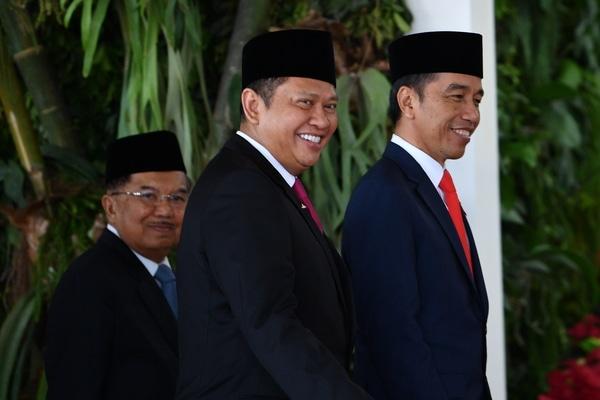 Presiden terpilih Joko Widodo (kanan) dan Wakil Presiden Jusuf Kalla (kiri) serta Ketua MPR Bambang Soesatyo (tengah) tiba untuk mengikuti upacara pelantikan presiden dan wakil presiden periode 2019-2024 di Gedung Nusantara, Kompleks Parlemen, Senayan, Jakarta, Minggu (20/10/2019). - Antara/Sigid Kurniawan