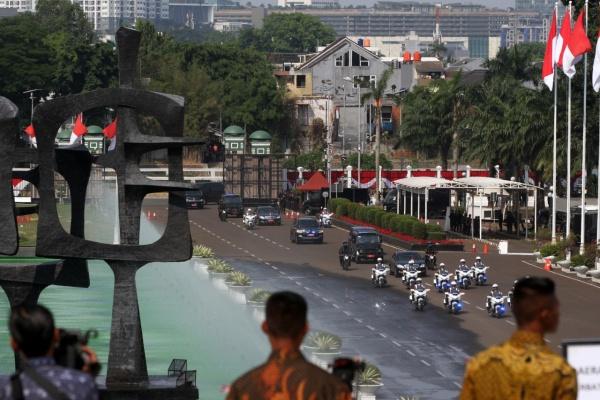PELANTIKAN PRESIDEN-WAKIL PRESIDEN Iring-iringan mobil Presiden tiba di gedung DPR-MPR sebelum pelantikan Presiden dan Wakil Presiden di kompleks parlemen, Jakarta, Minggu (20/10) - Bisnis/Arief Hermawan P