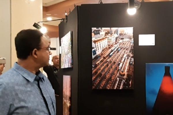 Gubernur DKI Jakarta Anies Baswedan ketika mengunjungi pameran foto dan diskusi fotografi bertajuk 'Ruang Ketiga Jakarta' di Blok G Lantai Dasar Balai Kota DKI Jakarta, Sabtu dan Minggu, 19-20 Oktober 2019 - Bisnis/Aziz R