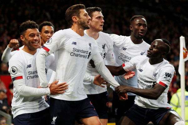 Reaksi para pemain Liverpool setelah mencetak gol balasan ke gawang Manchester United. - Reuters/Russell Cheyne