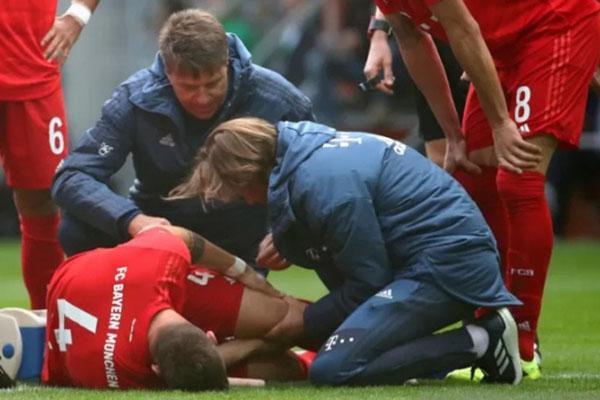 Pemain Bayern Munchen Niklas Sule cedera ketika bertanding melawan Augsburg. - Reuters/Michael Dalder