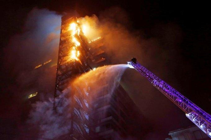 Bangunan perusahaan perusahaan energi multinasional ENEL, terlihat terbakar selama protes terhadap kenaikan harga tiket kereta bawah tanah di Santiago, Chili, 18 Oktober. - REUTERS/Ramon Monroy