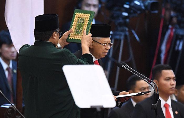 Wakil Presiden terpilih Ma'ruf Amin mengucapkan sumpah saat dilantik menjadi wakil presiden periode 2019-2024 di Gedung Nusantara, kompleks Parlemen, Senayan, Jakarta, Minggu (20/10/2019). ANTARA FOTO/Akbar Nugroho Gumay - pras.