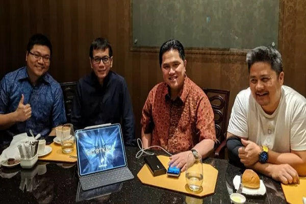 Erick Thohir (kedua dari kanan) dan Wishnutama (kedua dari kiri) bergabung dengan Jagad Satria Dewa. - Antara