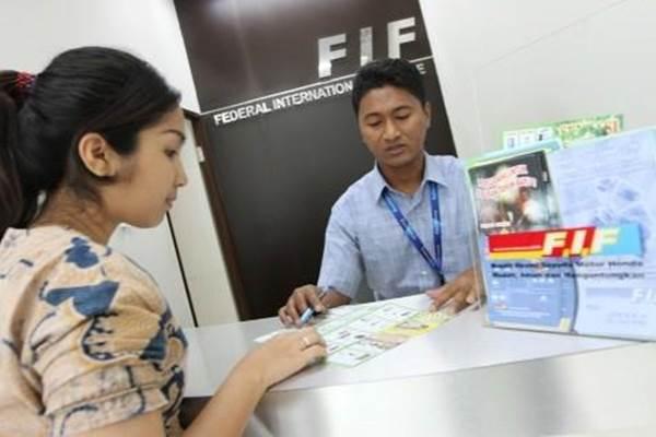 Karyawan FIF tengah melayani nasabah - Bisnis.com
