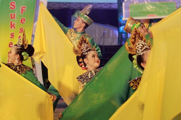 Sejumlah penari memperagakan tarian Saronde pada pembukaan Festival Pesona Danau Limboto (FPDL) di Limboto, Kabupaten Gorontalo, Gorontalo, Sabtu (21/9/2019). Selain untuk promosi pariwisata daerah, FPDL juga merupakan ajang kampanye penyelamatan Danau Limboto. - Antara/Adiwinata Solihin