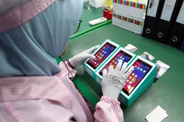 Pekerja merakit ponsel Infinix di pabrik perakitan PT. Adi Reka Mandiri (ARM) Cikarang, Jawa Barat, Selasa (20/3/2018). - JIBI/Dwi Prasetya