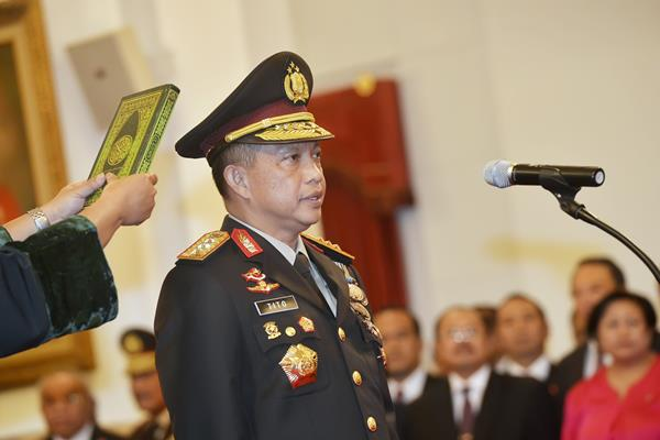 Jenderal Polisi Tito Karnavian mengucapkan sumpah jabatan sebagai Kepala Kepolisian Republik Indonesia (Kapolri) saat pelantikan oleh Presiden Joko Widodo di Istana Negara, Jakarta, Rabu (13/7).  - Antara