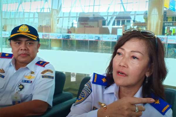 Dirjen Perhubungan Udara Kementerian Perhubungan Polana B Pramesti (kanan) dan Kepala Unit Penyelenggara Bandara APT Pranoto (kiri) kepada pers di Samarinda, Jumat (7/6/2019).  - ANTARA