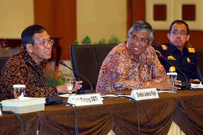 Dirjen Pajak Robert Pakpahan (dari kiri) bersama Wakil Menteri Keuangan Mardiasmo dan Dirjen Bea dan Cukai Heru Pambudi memberikan keterangan terkait progam sinergi pajak di Jakarta, Selasa (25/6/2019). - Bisnis/Abdullah Azzam