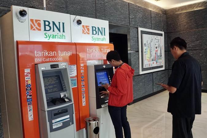Nasabah beraktivitas di mesin ATM Bank BNI Syariah (BNIS) di Jakarta, Senin (1/7/2019). - Bisnis/Himawan L Nugraha