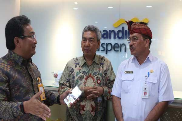 Dirut Bank Mantap Josephus K. Triprakoso (kiri) berbincang dengan Kepala OJK Regional 8 Bali & Nusa Tenggara Ellyanus Pongsoda (tengah), dan Sekda Klungkung I Gede Putu Winastra (kanan) di sela/sela peresmian Kantor Cabang Bank Mantap di Semarapura, Klungkung.