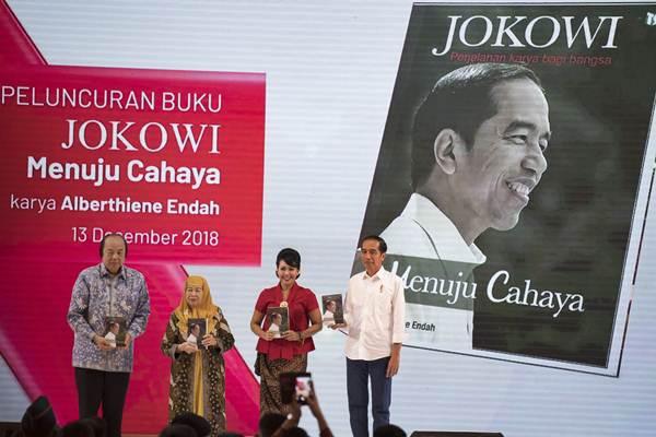 Presiden Joko Widodo (kanan) bersama penulis buku