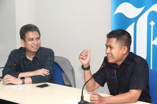 Presiden Grab Indonesia Ridzki Kramadibrata (kiri) bersama Pemimpin Redaksi Bisnis Indonesia Hery Trianto di sela-sela kunjungan ke kantor harian Bisnis Indonesia, Senin (21/10/2019). - Bisnis/Rahmad Fauzan