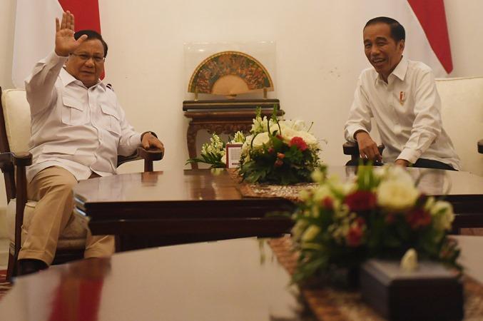 Presiden Joko Widodo (kanan) menyambut kunjungan Ketua Umum Partai Gerindra Prabowo Subianto (kiri) di Istana Merdeka, Jakarta, Jumat (11/10/2019). - ANTARA/Akbar Nugroho Gumay.