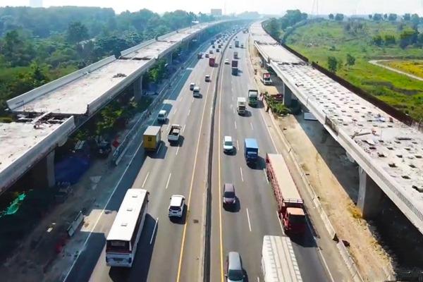 Ilustrasi - Sejumlah kendaraan berlalu-lalang di jalan tol di samping proyek Jalan Tol Layang Jakarta-Cikampek II atau Japek Elevated. - Bisnis/Jasa Marga