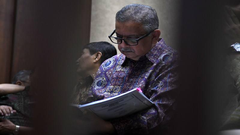 Terdakwa kasus suap proyek PLTU Riau-1 Sofyan Basir (kanan) membaca naskah nota pembelaannya sebelum sidang lanjutan di Pengadilan Tipikor, Jakarta, Senin (21/10/2019). - Antara