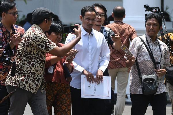 Salah satu pendiri yang juga CEO gojek Nadiem Makarim (tengah) meninggalkan Kompleks Istana Kepresidenan, Jakarta, Senin (21/10/2019). - ANTARA FOTO/Wahyu Putro A.